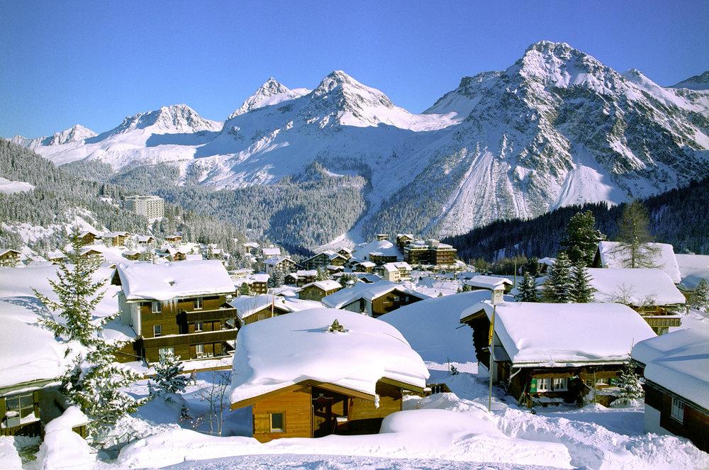 Sanft ist das Tal zwischen den Bergen eingelassen - © Alpine Pearls