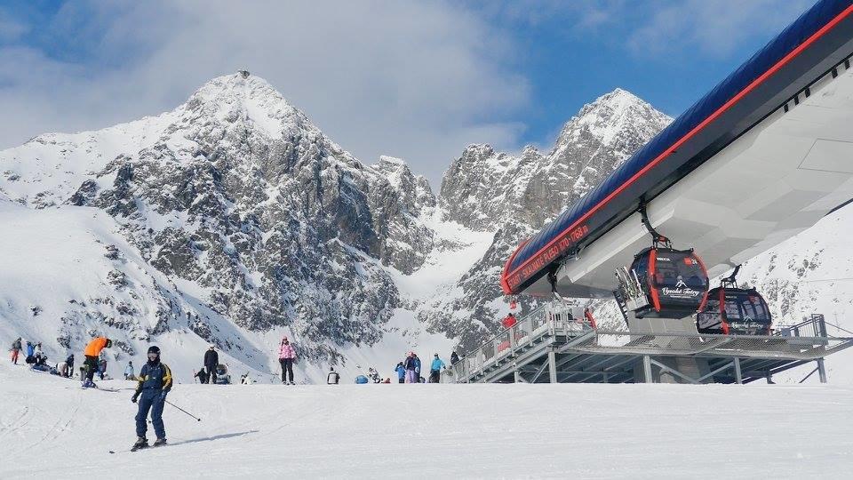 Tatranská Lomnica v ostatných rokoch vedie rebríček slovenských lyžiarskych stredísk s najväčším množstvom snehu na zjazdovkách.