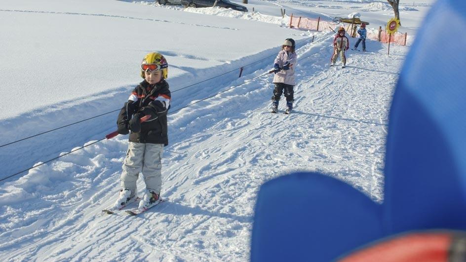 Für die Kleinen wird sich viel Zeit zum Erlernen des neuen Sports genommen - © Skilift Neusell