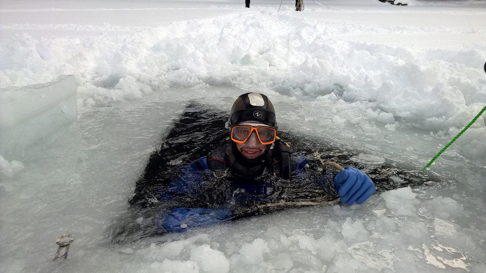 Un trou dans la glace, une ligne de vie, une combinaison totalement étanche... Prêt à tenter l'expérience de la plongée sous glace à La Norma ? - © Maison de La Norma