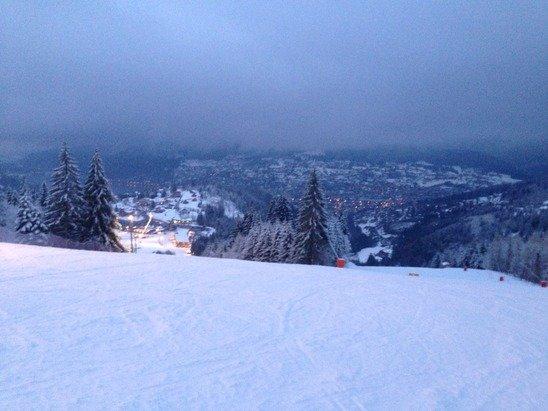 Il y avait déjà de la neige et les pistes étaient toutes Ready mais la avec la tombée de ce matin c est le top !!  La nocturne sur la rouge, mortel !! Je n'ai pas vu de présence de Terre sur les pistes.