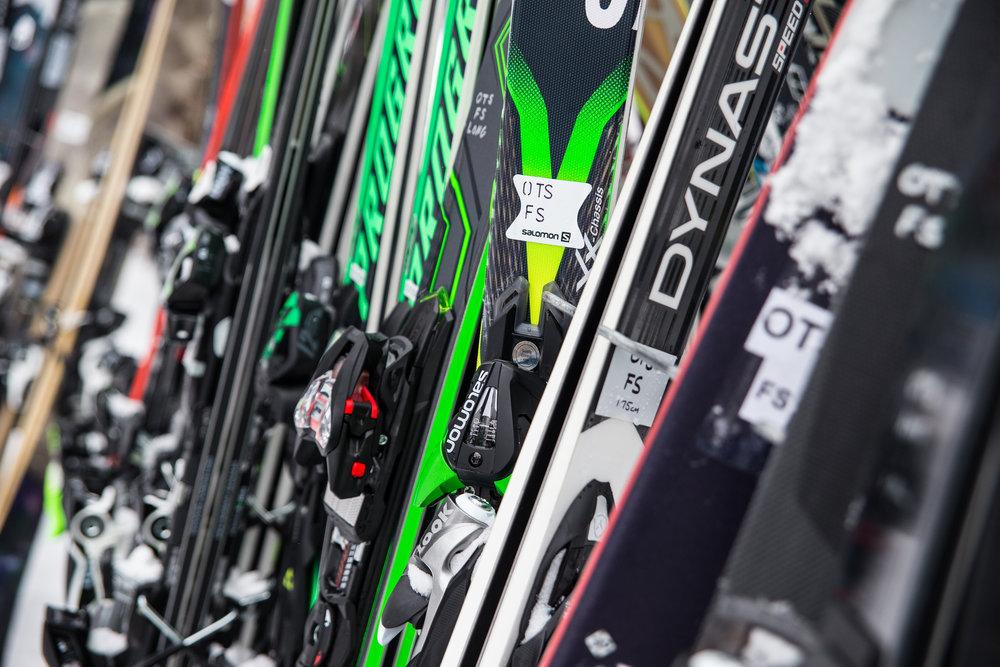Des bonnes affaires à la pelle... Profitez des bourses aux skis pour dénicher votre prochaine paire de skis sans vous ruiner... - © Liam Doran