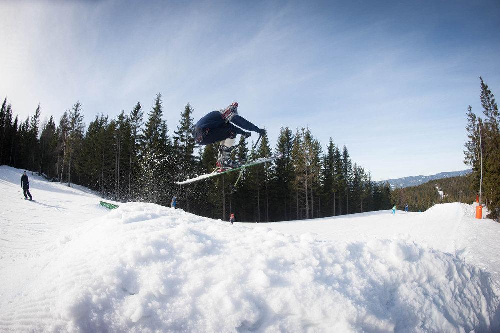Klart man kan hoppe med telemarski, bare man setter telemarknedslag. - © Eirik Aspaas