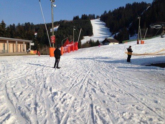 La Bresse Hohneck - Enorme ! Personne dans la station ! On doit être 30 à skier pour 20 pistes ouvertes !! Il fait beau, la neige est bonne même si certaines pistes (2 ou 3) sont un peu usées sur quelques zones. Demain on remet ça ! Le kiffffff on attend pas aux remontées, trop top !! Cykk - © Flocon Rouge