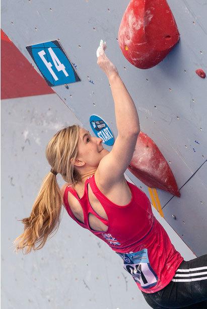 Rückenfrei zu Platz 2: Shauna Coxsey (GBR) beim Boulder-Weltcup-Auftakt 2014 - © Heiko Wilhelm