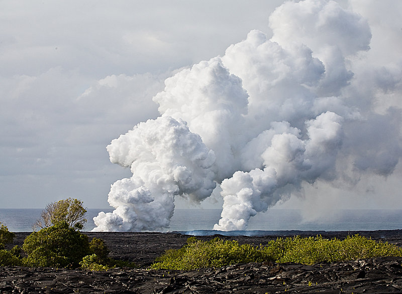 Rauch steigt aus dem Kilauea Lavastrom, Hawaiis Big Island - © Hawaii Tourism Authority (HTA) / Tor Johnson