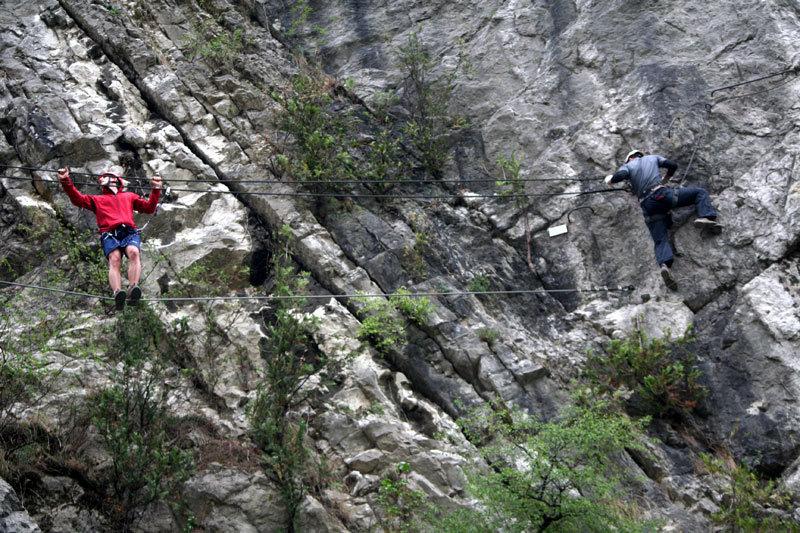 Technik auf dem Drahtseil: Für stabileren Stand stellt man die Füße quer und geht seitlich - © bergleben.de/Sebastian Lindemeyer