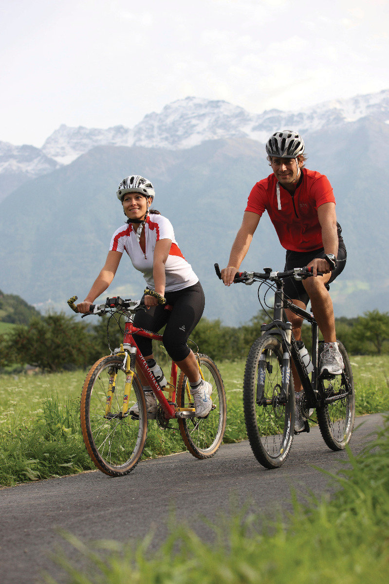 Radfahren erfreut sich im Vinschgau großer Beliebtheit. Mit dem Drahtesel lässt sich die einzigartige Natur- und Kulturlandschaft gut erschließen.
