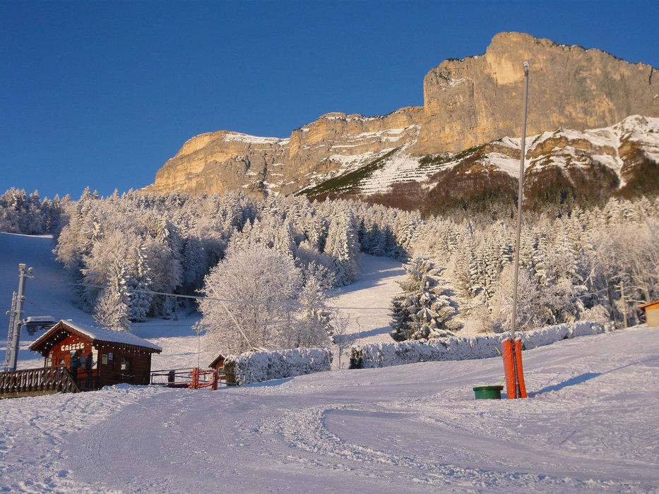 Couleurs hivernales et jeu de lumière sur la station de ski de Saint Hilaire du Touvet - © Office de Tourisme des Petites Roches
