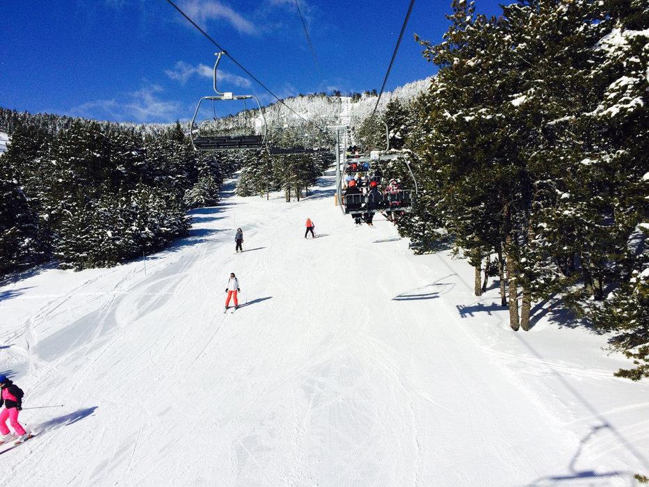 Conditions idéales (soleil et neige fraîche) sur les pistes de ski de Formiguères - © Station de ski de Formiguères