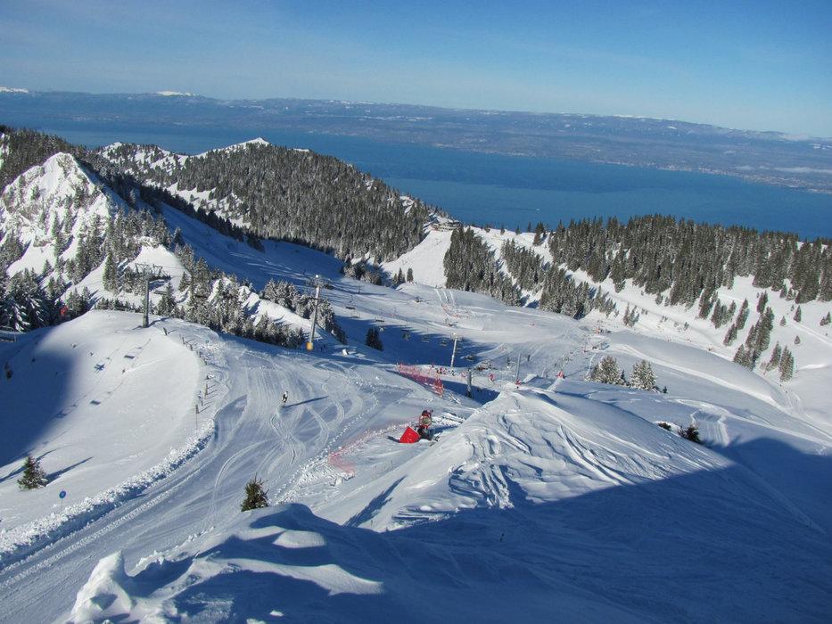 Conditions idéales (soleil et neige fraîche) sur les pistes de ski de Thollon les Memises - ©OT de Thollon les Memises