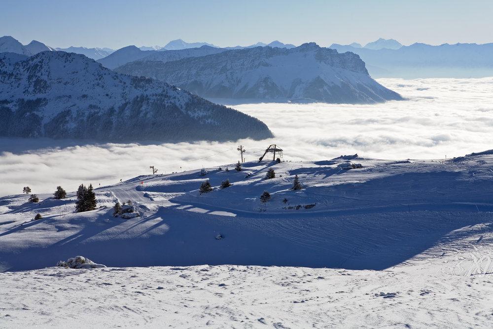 Le domaine skiable de Margériaz au dessus de la mer de  nuages - © OT des Aillons-Margériaz