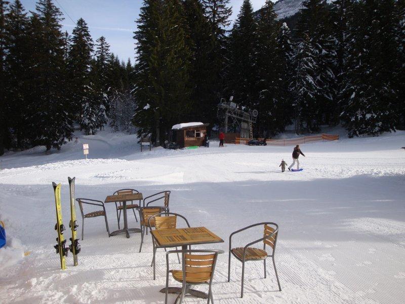 Une petite pause en terrasse avant de rechausser les skis sur le domaine du Col de Porte - © Station de ski du Col de Porte