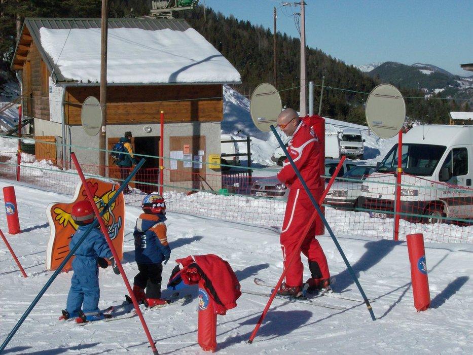 Apprentissage des joies de la glisse avec les moniteurs de l'ESF du Grand Puy - © ESF du Grand Puy