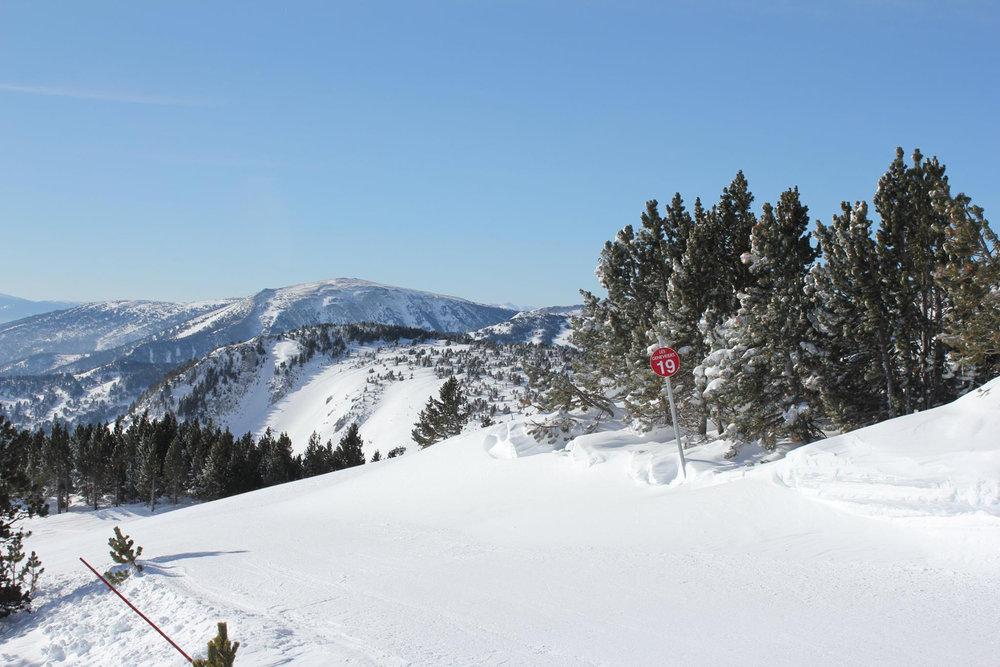 Conditions idéales (soleil et neige fraîche) sur les pistes de ski de Puyvalador - © Station de Puyvalador