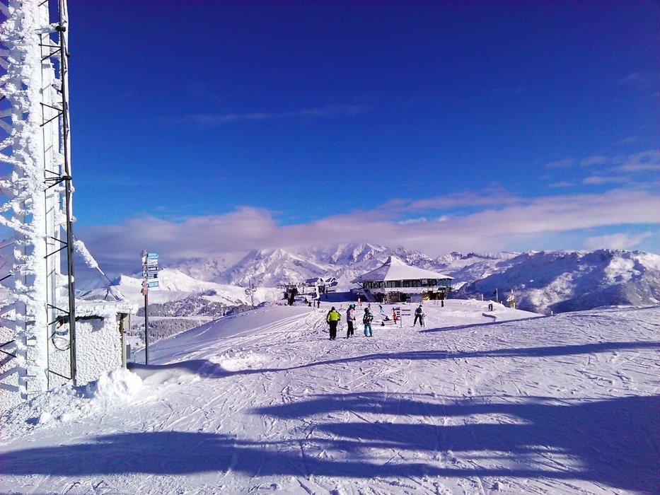 Conditions idéales (soleil et neige fraîche) sur les pistes de ski des Saisies - © OT des Saisies / Facebook