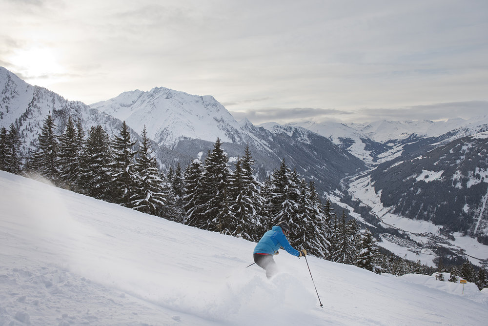 Skifahrer braust in Mayrhofen den Berg hinab - © Mayrhofner Bergbahnen AG