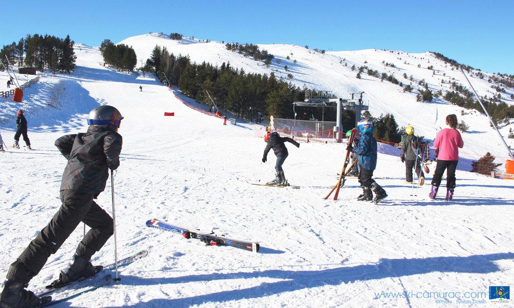 On chausse les skis, direction les pistes de Camurac - © Sylvain Dossin / Station de ski de CAMURAC