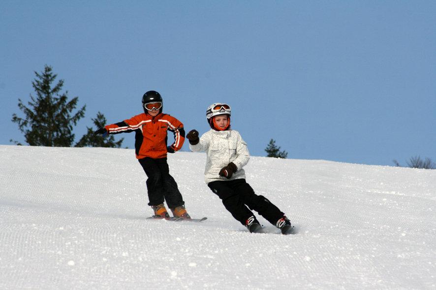 Kinder fahren im Skigebiet Schwarzwaldregion Belchen-Münstertal - © Schwarzwaldregion Belchen
