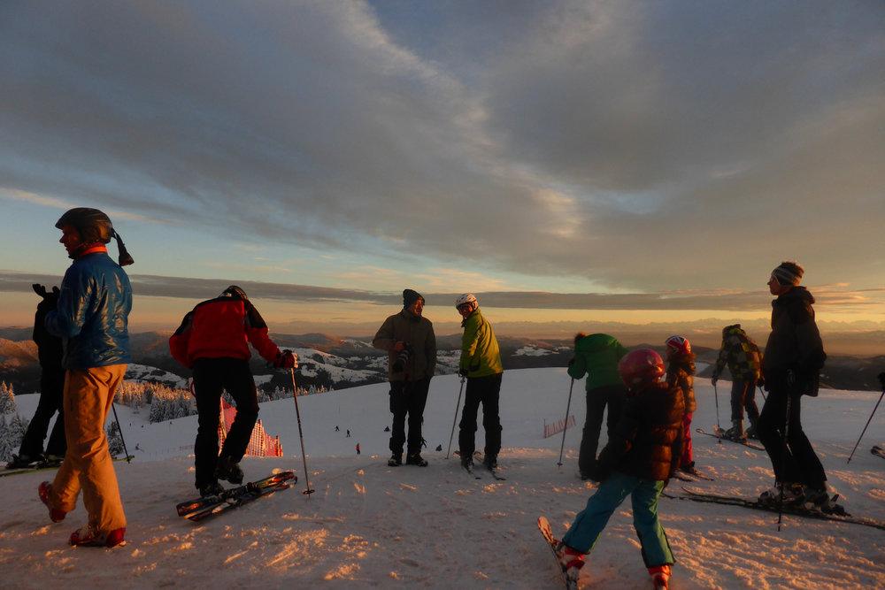 Skifahrer im Genuss der letzten Sonnenstrahlen - © Schwarzwaldregion Belchen