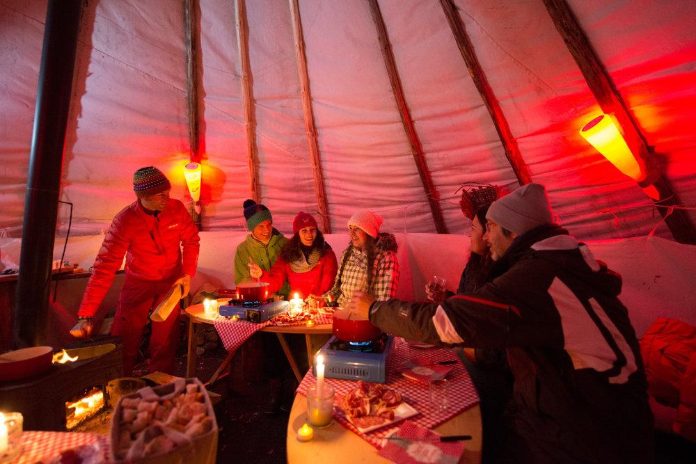 Détente et convivialité lors d'une soirée fondue sous une yourte au Grand Bornand - © P. Lebeau / Les Aravis