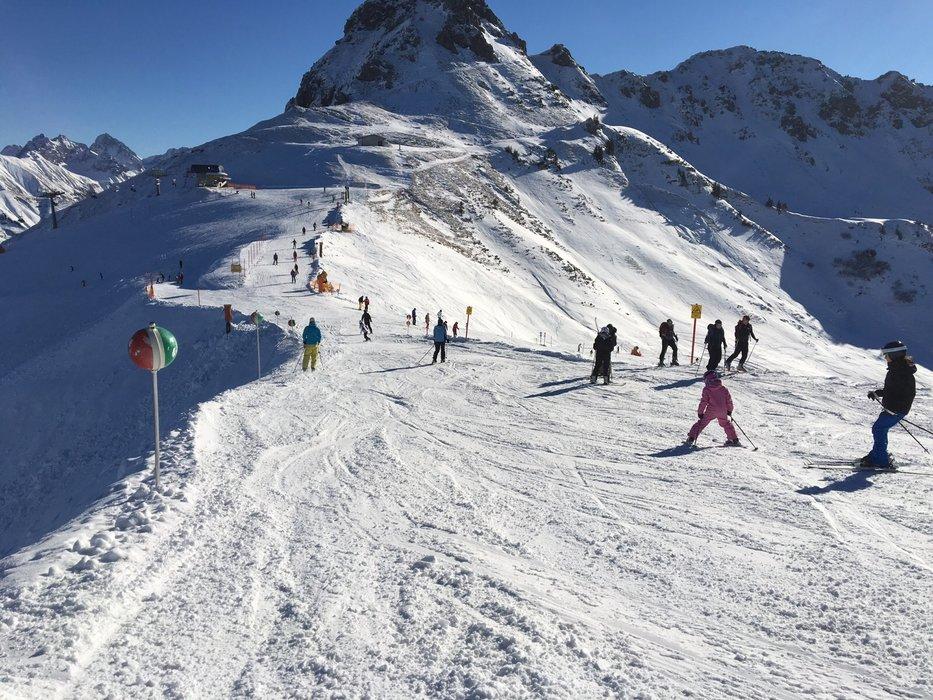 Die ersten Skifahrer drehten auch schon ihre Runden - © Kleinwalsertal Tourismus
