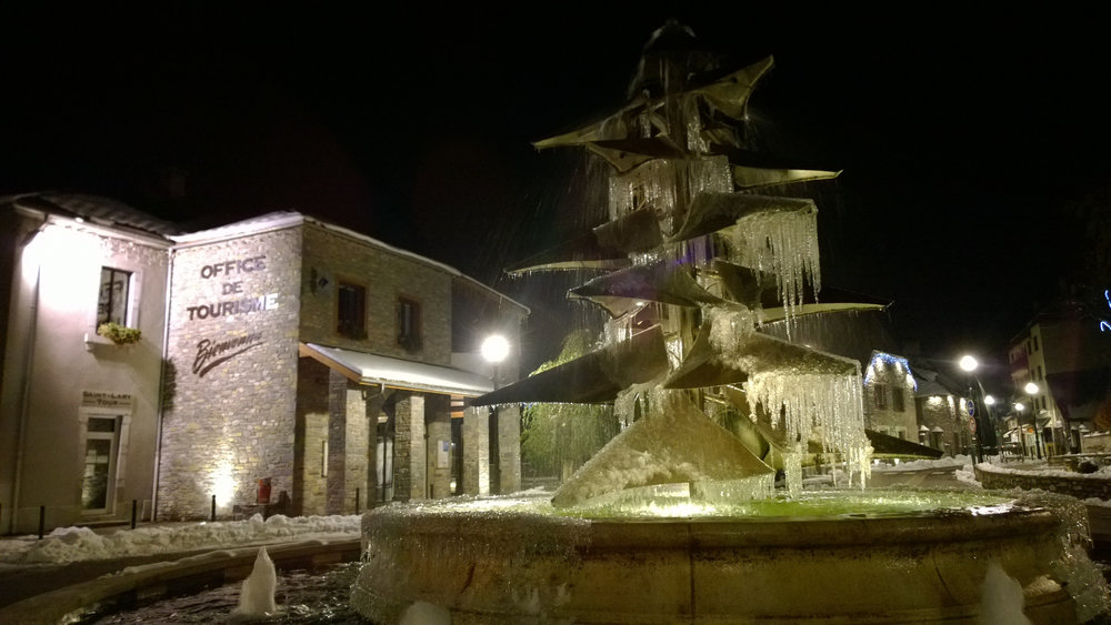Saint Lary, son office de tourisme et sa fontaine - © Office de Tourisme de Saint-Lary