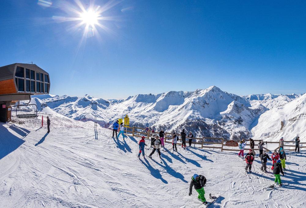 Conditions idéales (soleil et neige fraîche) sur les pistes de ski d'Auron - © R. PALOMBA / Stations du Mercantour