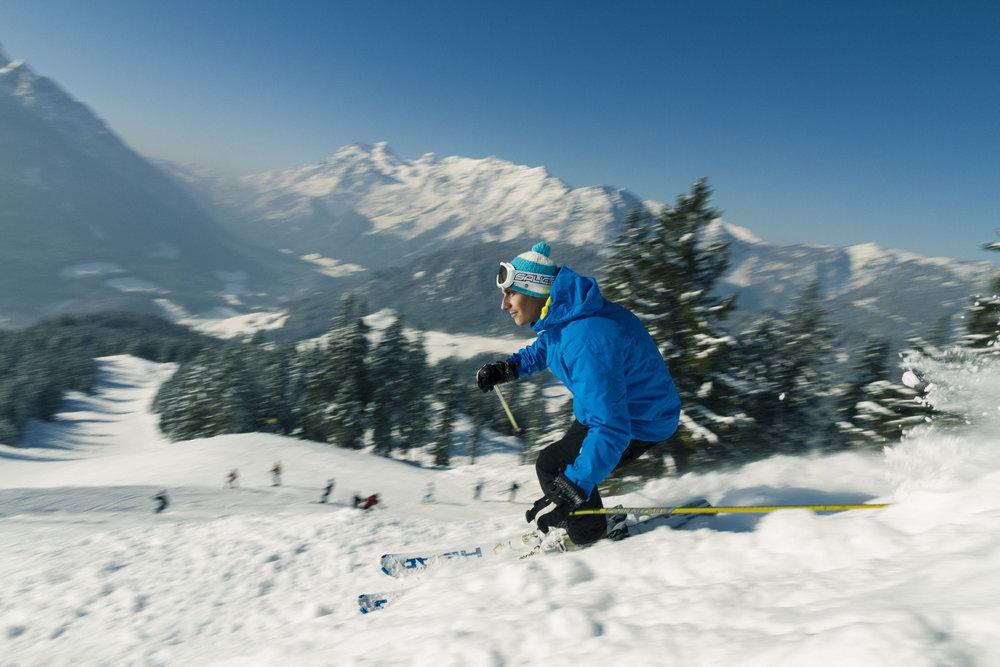 Ausschließlich Naturschnee und herrliche Ausblicke in die Berchtesgadener Alpen machen den Skitag am Hochschwarzeck so einzigartig - © Berchtesgadener Land Tourismus