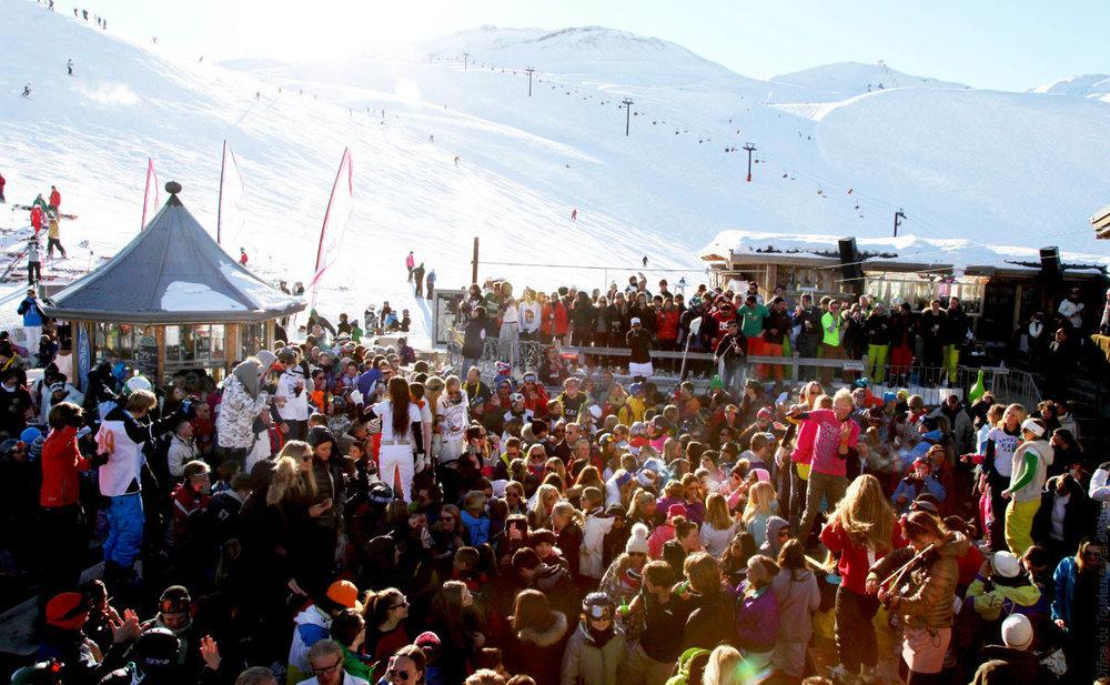 La Folie Douce à Val d'Isère : le dancefloor à ciel ouvert, directement installé sur les pistes pour que tous les skieurs en profitent !  - © OT de Val d'Isère