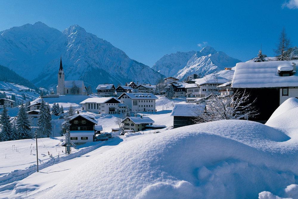 Tief verschneites Hirschegg im Winter - © 2015 DAS HÖCHSTE - Bergbahnen Oberstdorf/Kleinwalsertal