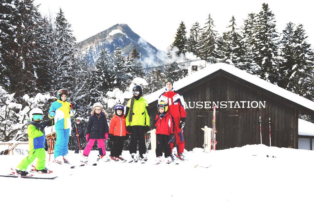 Auch eine Skischule und eine Jausenstation dürfen nicht fehlen - © Tirolina