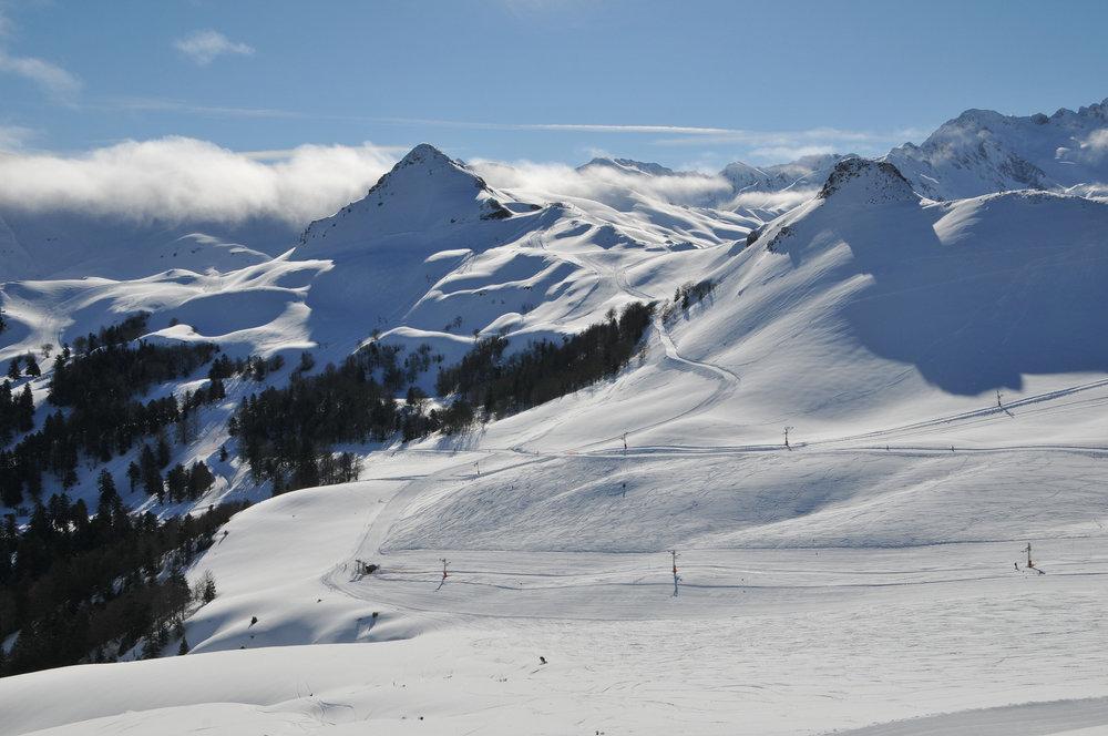 Conditions idéales (soleil et neige fraîche) sur les pistes de ski d'Hautacam - © Syndicat Mixte du Hautacam