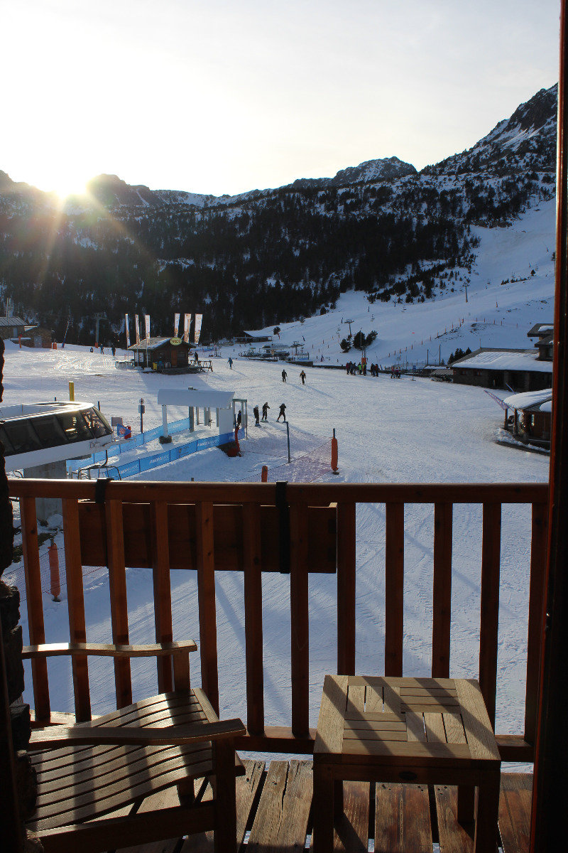 Vue depuis l'unique hôtel de Grau Roig, qui donne directement sur le front de neige - © Pauline Landais-Barrau / Skiinfo