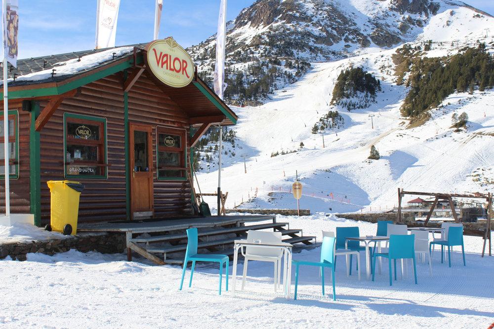 Que diriez-vous d'un déjeuner en terrasse sur les pistes de ski de Grau Roig - © Pauline Landais-Barrau / Skiinfo