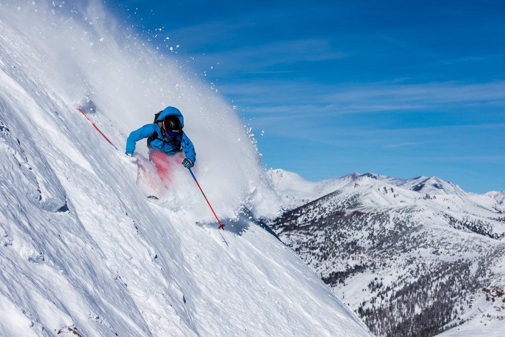 Adrenalínovú lyžovačku na strmých zjazdovkách zažiješ aj na Slovensku a nemusíš za ňou do Rakúska ani do Kalifornie, odkiaľ je táto fotka - © Liam Doran