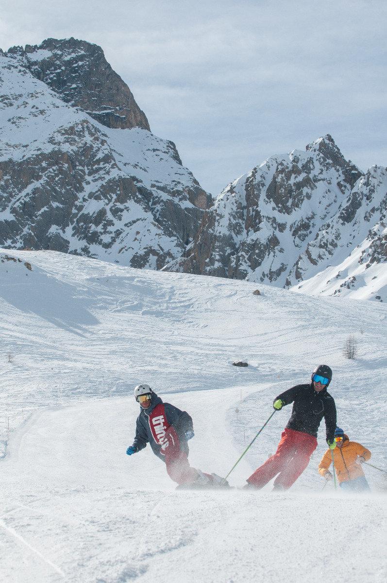 Session ski entre amis sur les pistes de Ceillac - © M. Molle / OT du Queyras