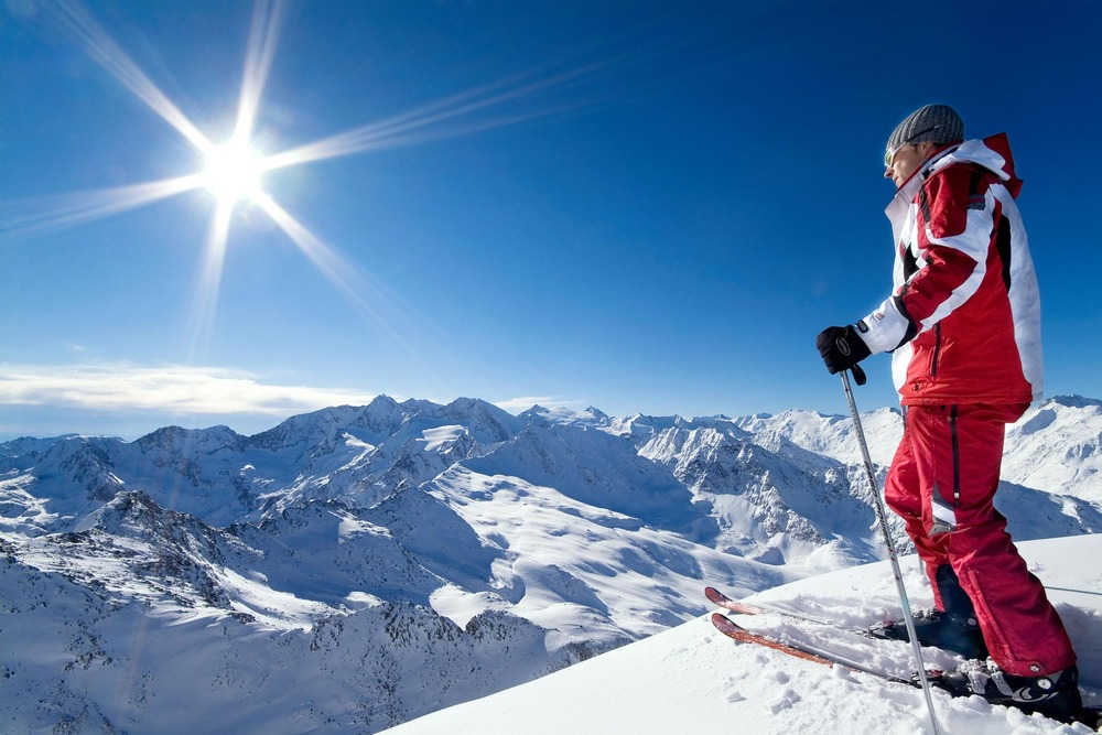 A skier atop Obergurgl-Hochgurgl. Copyright: Ötztal Tourismus.