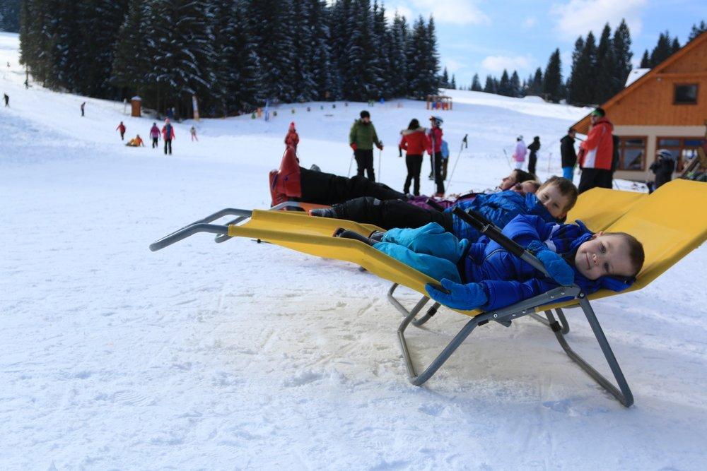 Aj deti môžu po športových výkonoch oddychovať na pohodlných ležadlách :-) - © Orava Snow