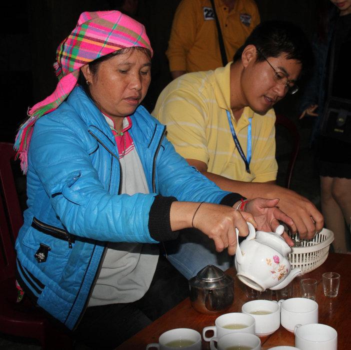 Eine Frau indigener Abstammung serviert Tee - © Karsten-T. Raab