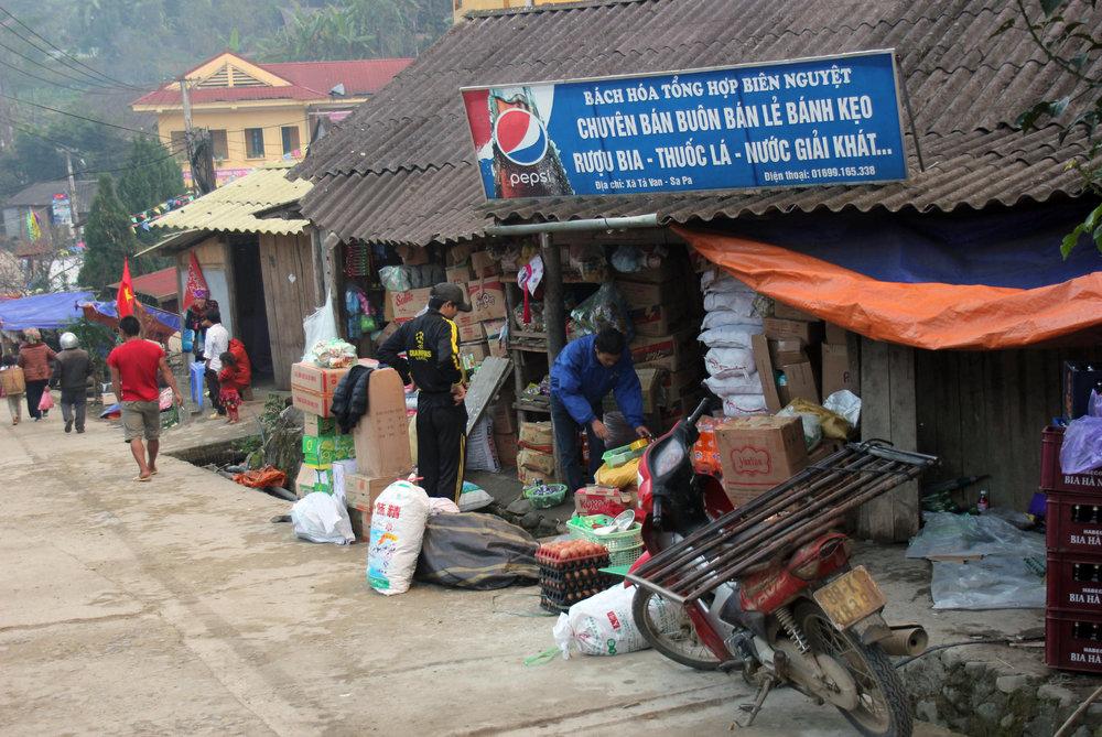 Ladenzeile in Ta Van - © Karsten-T. Raab