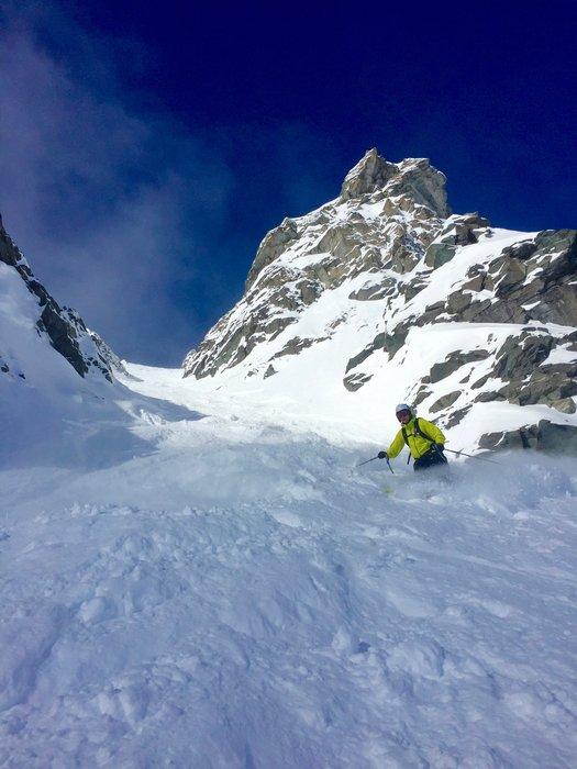 Halvor Snarvold på vei ned en renne med fin snø.  - © Andreas L. Ulvær