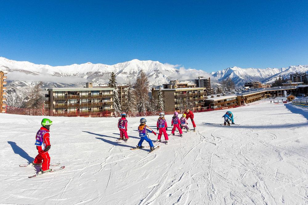 Aprentissage du ski sur les pentes enneigées de Praloup - © Bertrand Bodin