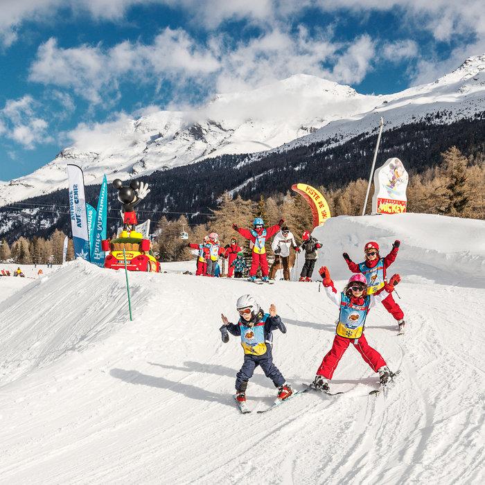 Apprentissage du ski sur la piste Mickey au coeur du domaine skiable de Val Cenis - © OT Haute Maurienne Vanoise / Dominique Rault