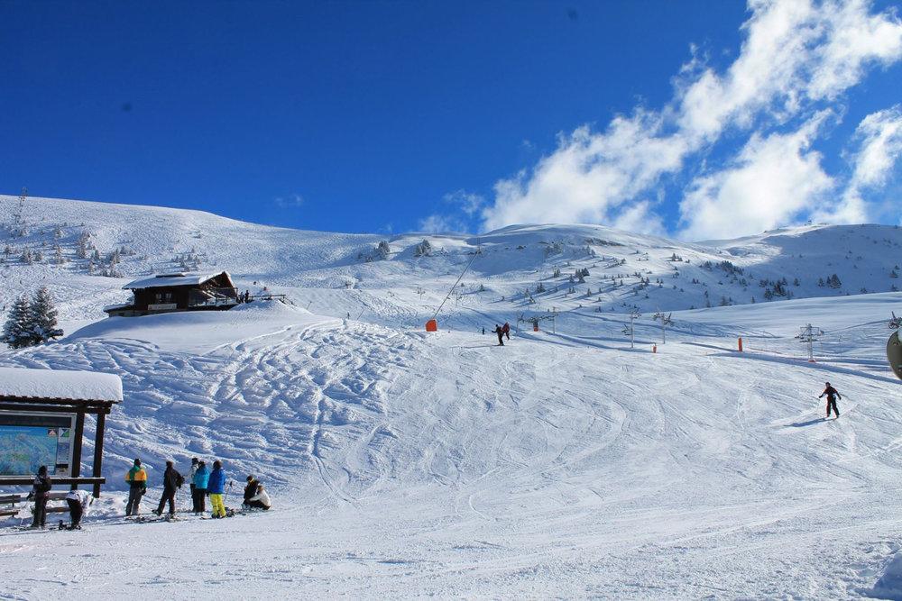 Conditions de ski idéales (neige fraiche et soleil généreux) sur les pistes de Villard Reculas - © Station de Villard Reculas