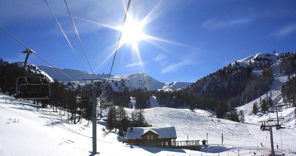 Conditions de ski idéales (neige fraiche et soleil généreux) sur les pistes de Risoul - © OT de Risoul