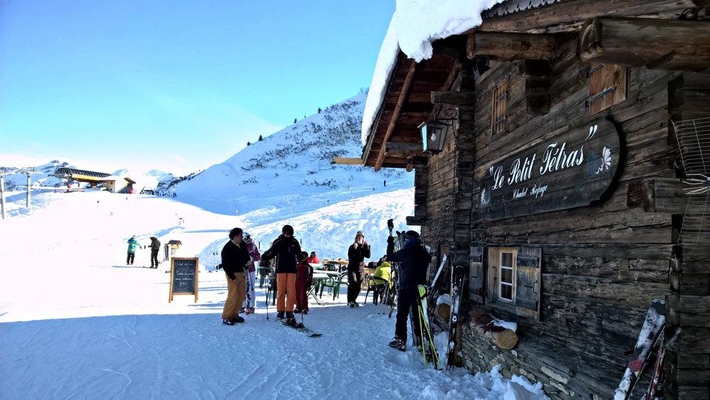 Pause déjeuner dans l'un des restaurants d'altitude de Praz sur Arly - © Office de Tourisme de Praz sur Arly