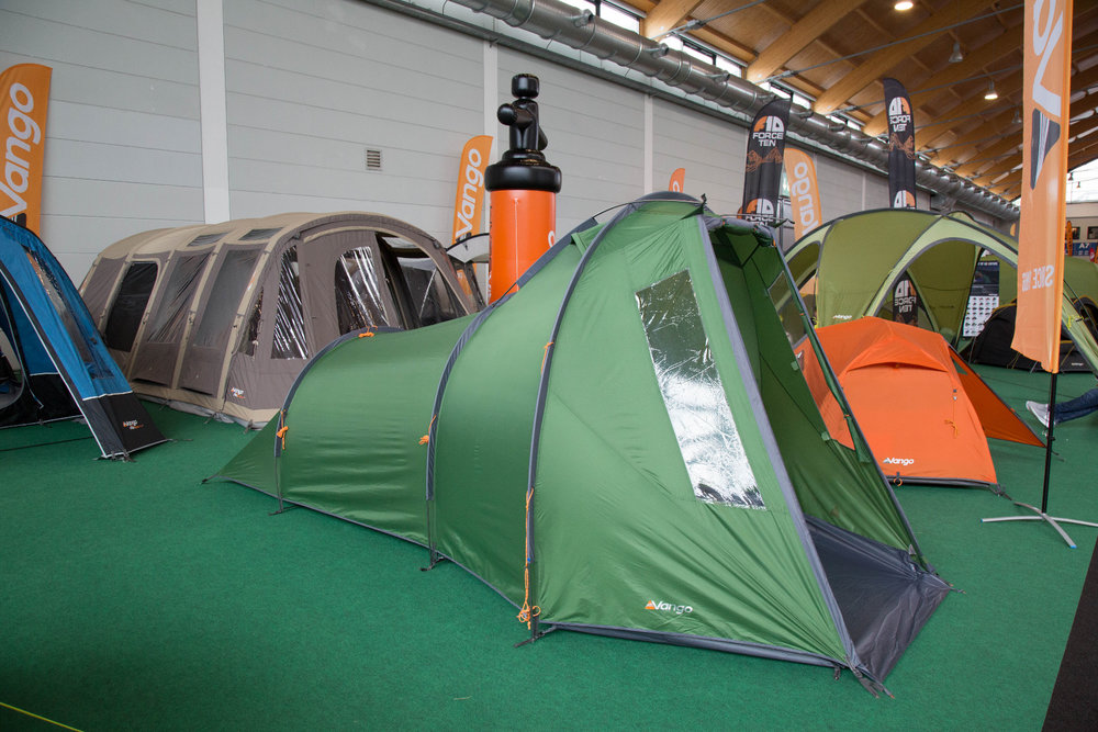 Vango mit einem neuen 3-Personen-Zelt unter 5 Kilogramm Gewicht, in dem man im Vorzelt fast auftrecht stehen kann - ©Bergleben.de