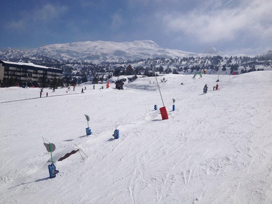 Apprentissage du ski sur l'espace débutants de La Pierre St Martin - © Office de Tourisme – La Pierre Saint-Martin / Vallée de Barétous
