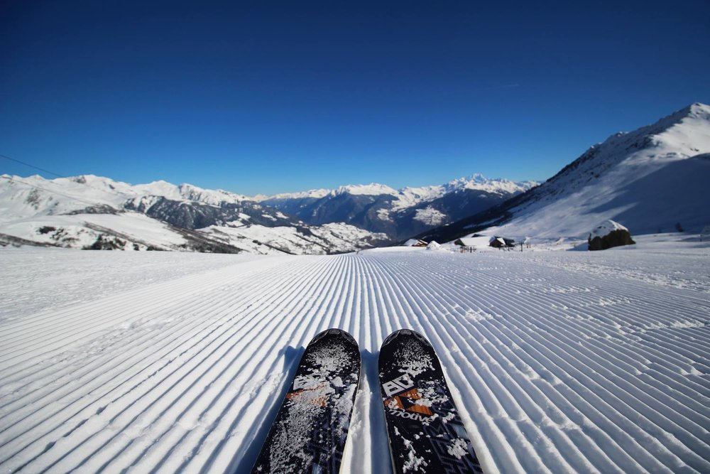 Conditions de ski idéales (neige fraiche et soleil généreux) sur les pistes de Valmorel - © OT de Valmorel
